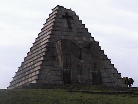 20140126120825-mausoleo-italiano-en-el-puerto-del-escudo.-piramide-funeraria..jpg