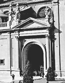 20080705005911-e-pilar-puerta-con-estatuas.jpg